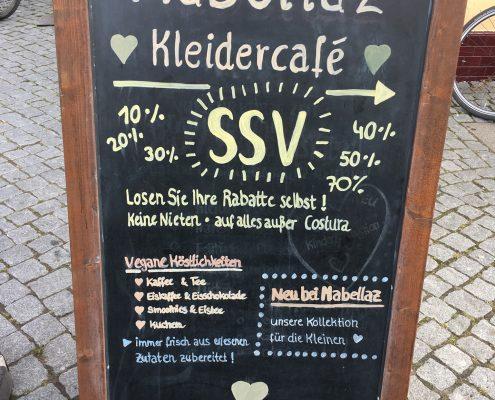 Greifswald vegan - Mabellaz Kleidercafé Eingangsschild, Adresse: Schuhhagen 28/29 (Eingang Kuhstraße), 17489 Greifswald